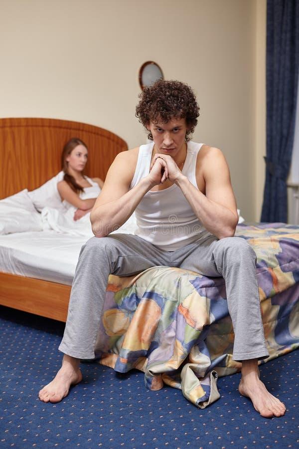 Conflit de famille. Jeunes querelles de couples dans la chambre à coucher à la maison. Foyer sélectif sur l'homme  image stock