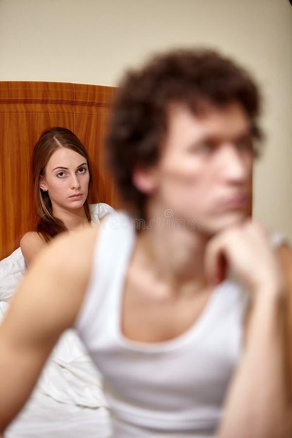 Conflit de famille. Jeunes querelles de couples dans la chambre à coucher à la maison. Orientation sélectrice sur le femme  images stock