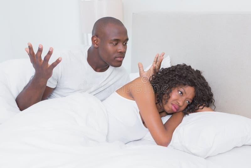 Conflit entre un couple dans le lit ensemble image libre de droits