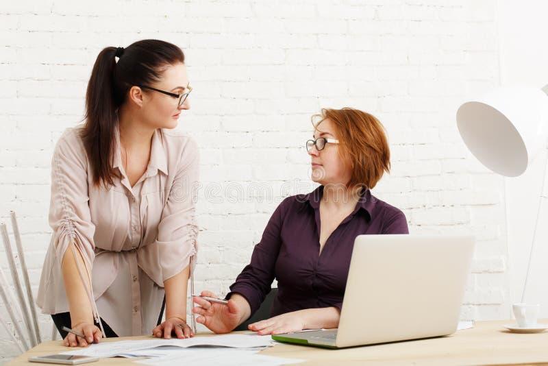 Conflit Les femmes discutent le projet dans le bureau images stock