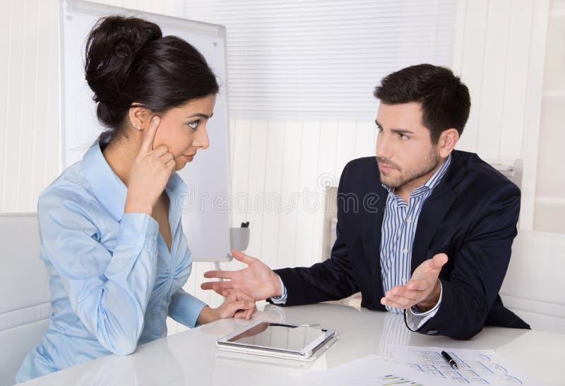 Conflito e problemas no local de trabalho: discutindo o chefe e o estagiário fotografia de stock