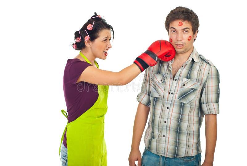 Conflito louco da esposa com marido unfaithful fotografia de stock