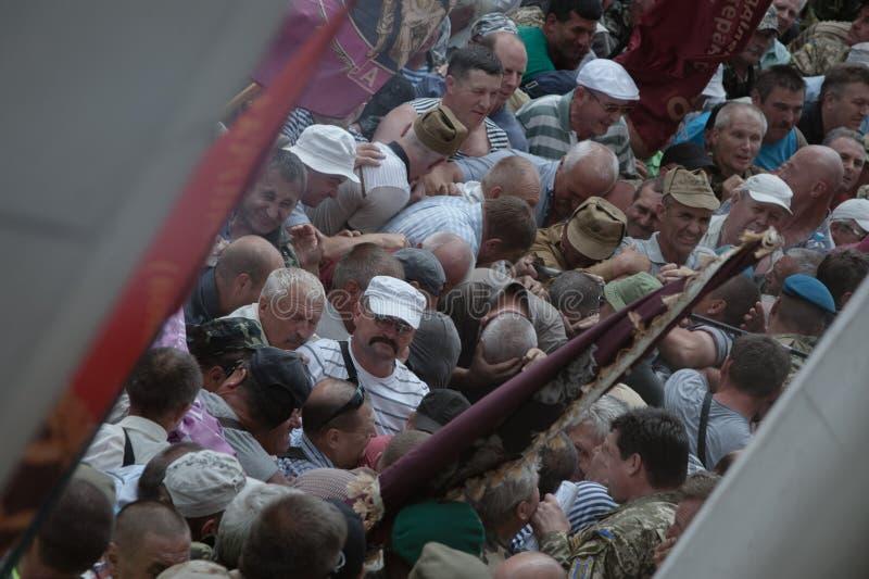 Conflitos fora do parlamento ucraniano imagem de stock