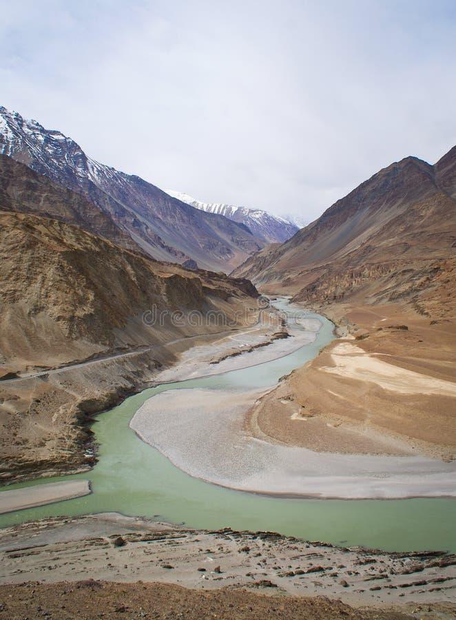 Confluencia de río Indus y Zanskar fotos de archivo
