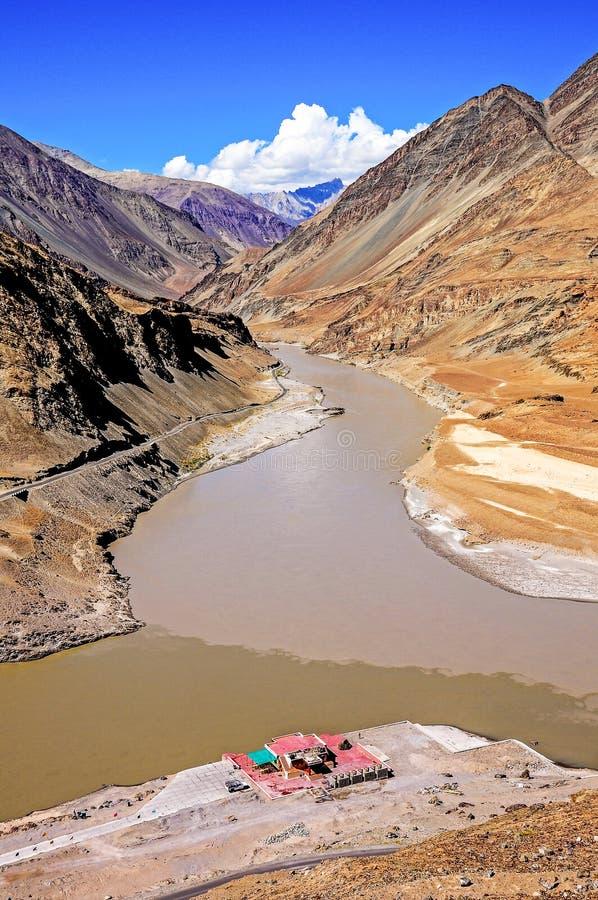 Confluencia de ríos de Sindhu (Indus) y de Zanskar en Ladakh foto de archivo