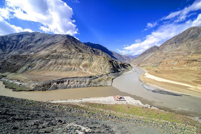 Confluencia de Zanskar (del top) y de ríos Indos cerca de Nimmu, Ladakh imagenes de archivo