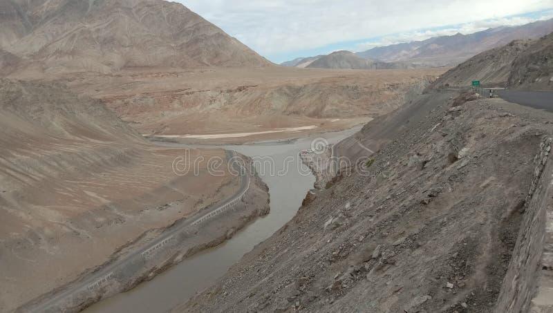 Confluencia zanskar del río de Indus/del río del sindhu foto de archivo libre de regalías
