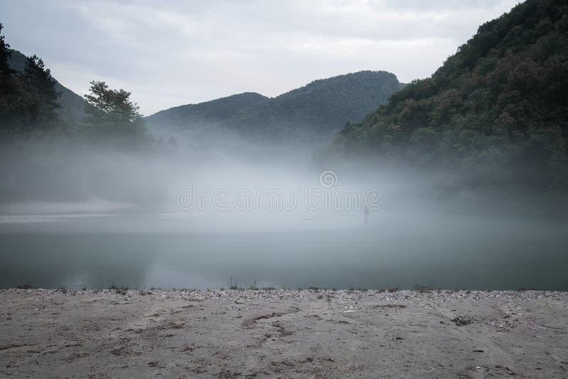 Confluent brumeux de rivière de Soca et de Tolminka en Slovénie image stock