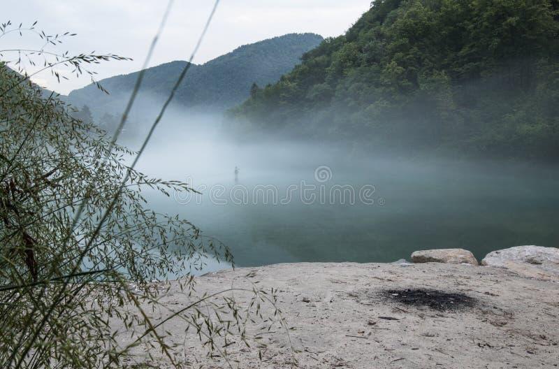 Confluent brumeux de rivière de Soca et de Tolminka en Slovénie photos stock