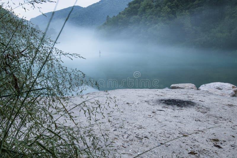 Confluent brumeux de rivière de Soca et de Tolminka en Slovénie photo libre de droits