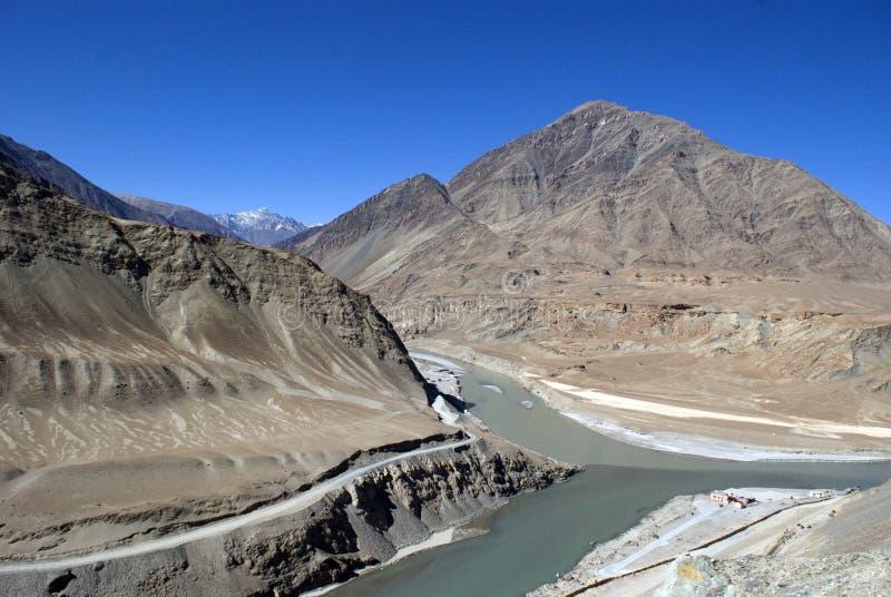 Confluent d'Indus et des rivières de Zanskar, Ladakh, Inde photographie stock libre de droits