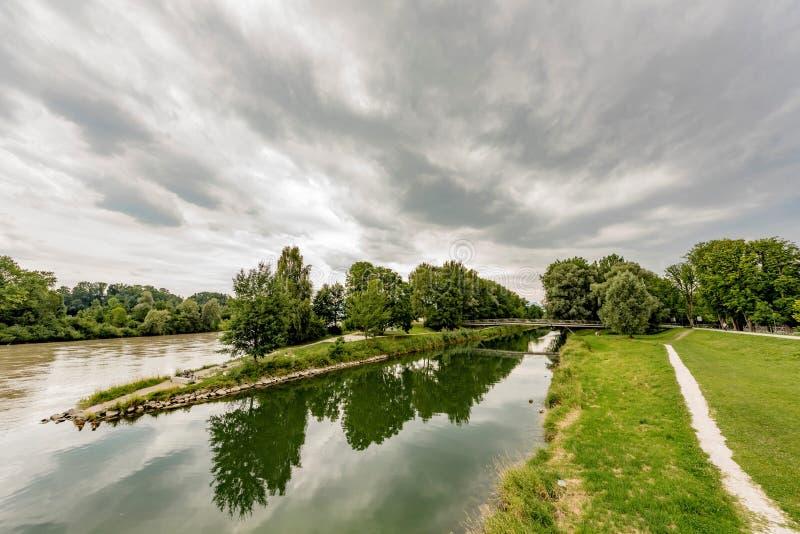 Confluent de deux petites rivières photos stock