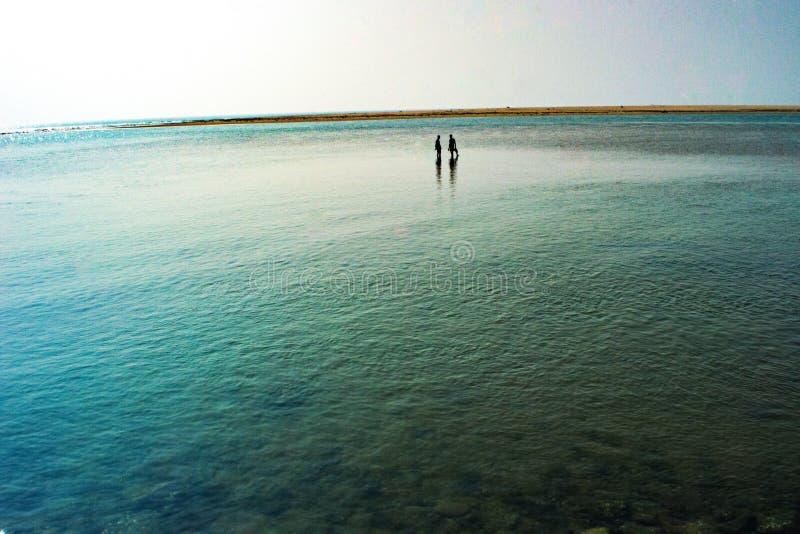 confluent de rivière avec la mer images stock