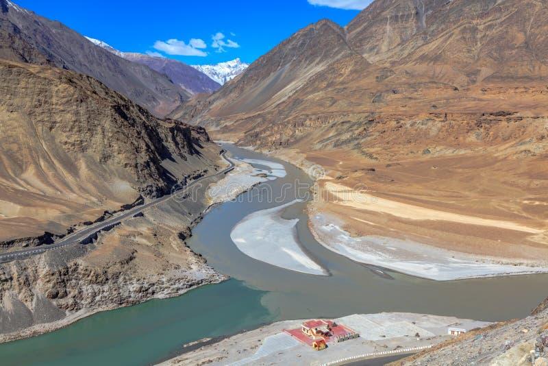 Confluent de rivière Zanskar et de rivière Indus photographie stock