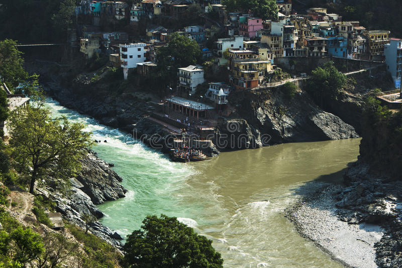 Confluent des rivières d'Alaknanda et de Bhagirathi pour former GA image stock