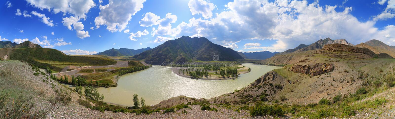 Confluent des rivières de Chuya et de Katun dans Altai photographie stock libre de droits