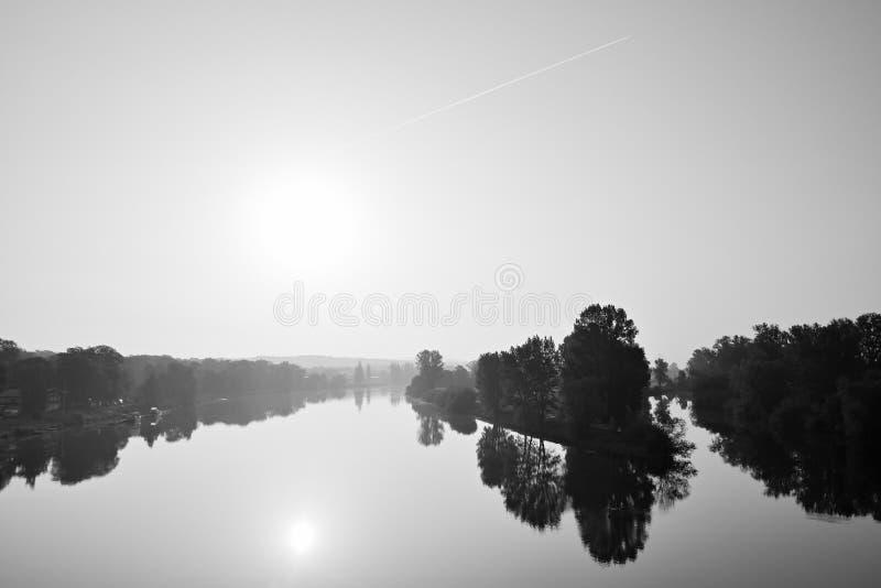 Confluent des rivières Labe et autre dans la ville tchèque de Litomerice pendant le lever de soleil brumeux de ressort avec le st photo libre de droits