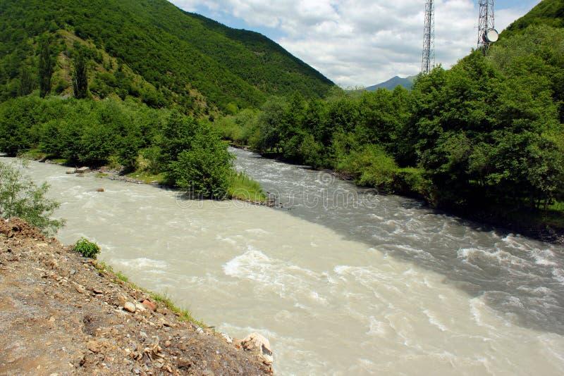 Confluenza montagne dei fiumi in bianco e nero di Aragvi, Caucaso, Georgia fotografie stock libere da diritti