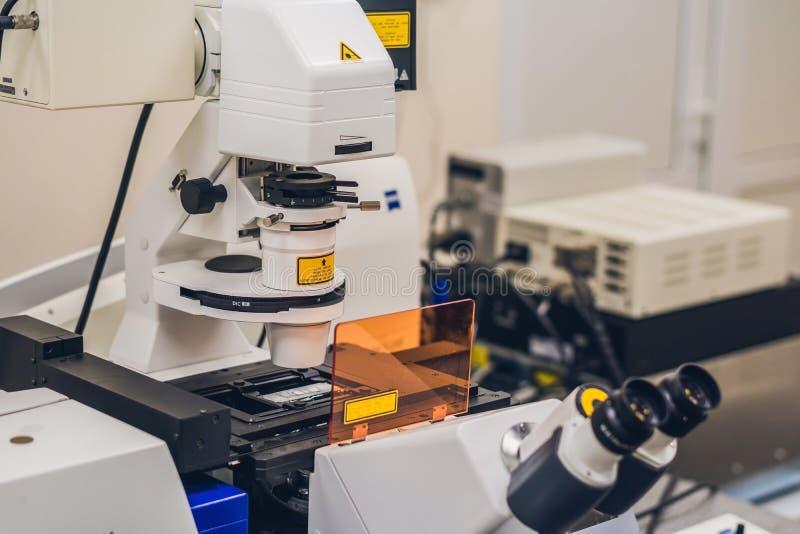 Confocal микроскоп в научной лаборатории стоковое изображение