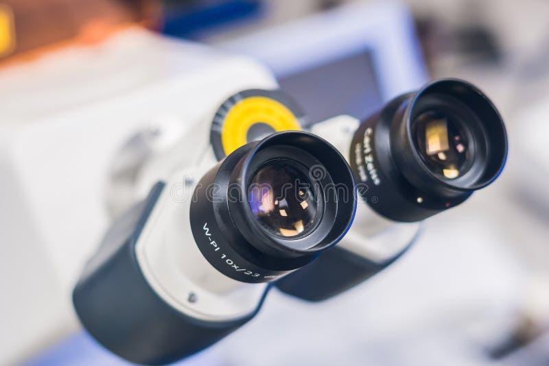Confocal микроскоп скеннирования в лаборатории для биологического образца стоковые фото