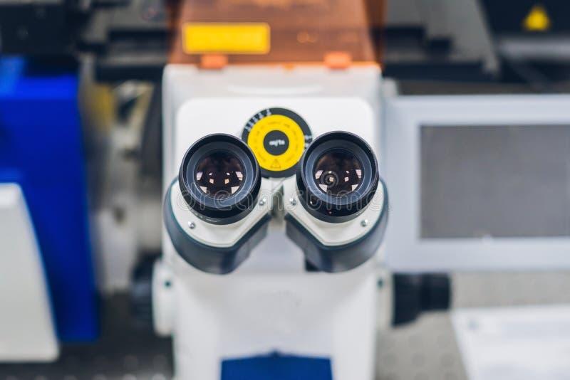 Confocal микроскоп скеннирования в лаборатории для биологического образца стоковое изображение rf
