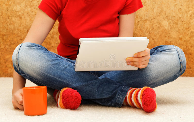 Confort à la maison avec le comprimé numérique image stock