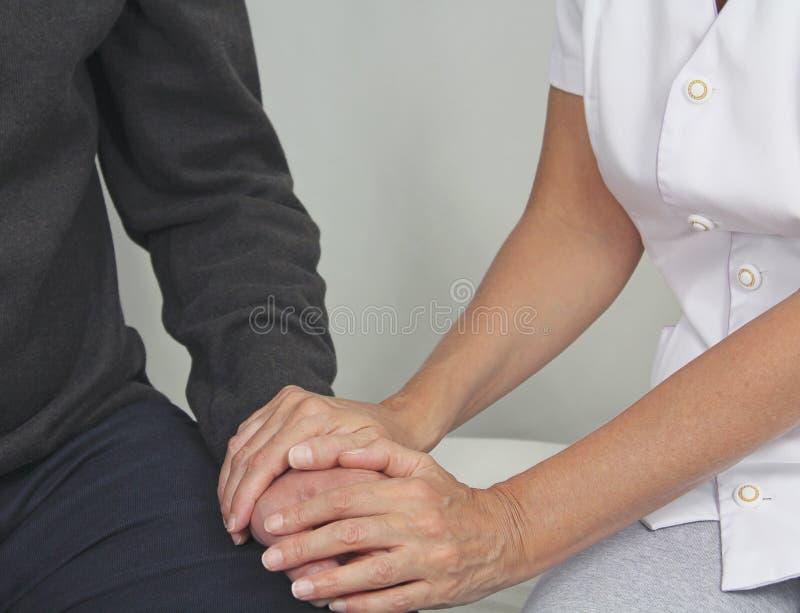 Confort de offre de membre du personnel soignant féminin au patient affligé image libre de droits