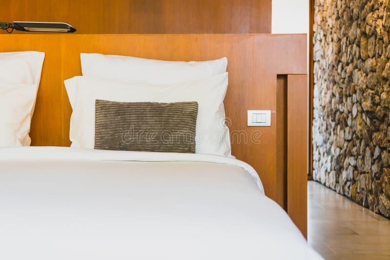 Confortable biała poduszka na łóżku zdjęcia royalty free