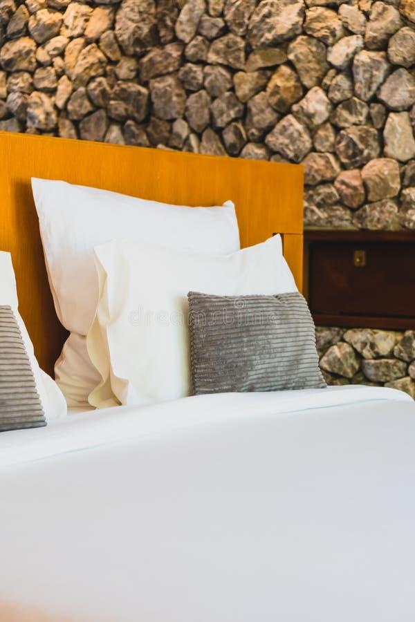 Confortable biała poduszka na łóżku obraz royalty free