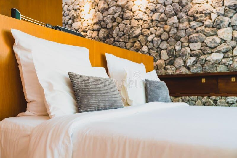 Confortable biała poduszka na łóżku fotografia royalty free