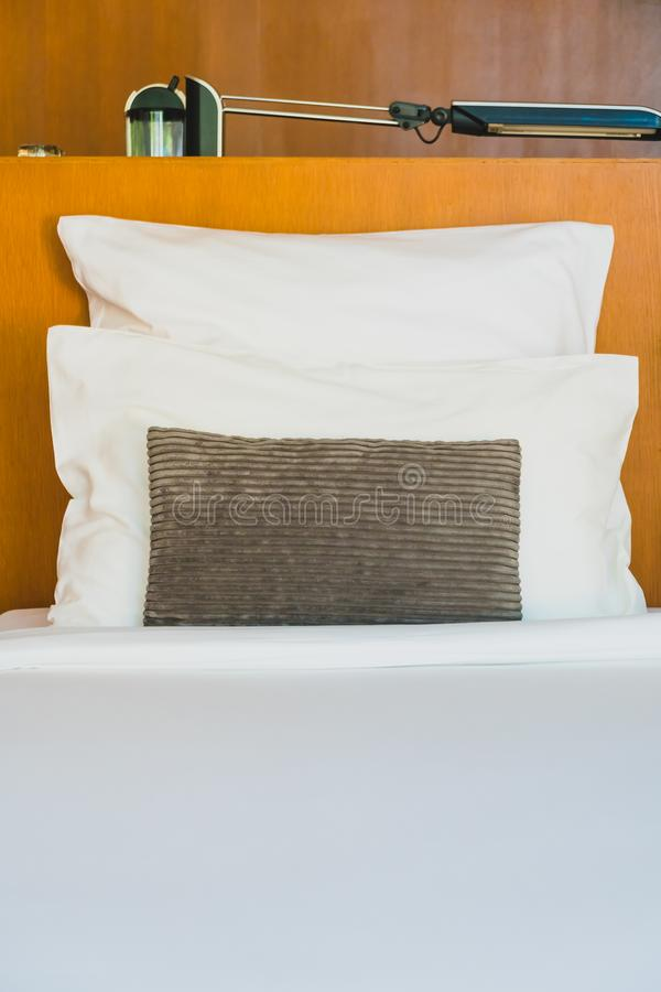Confortable biała poduszka na łóżku zdjęcia stock