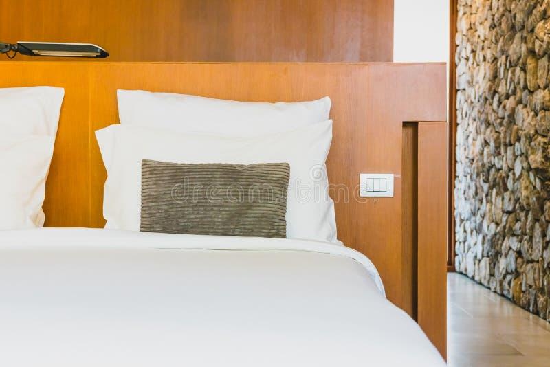 Confortable biała poduszka na łóżku obrazy royalty free