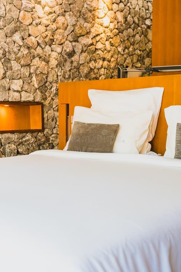 Confortable biała poduszka na łóżku fotografia stock