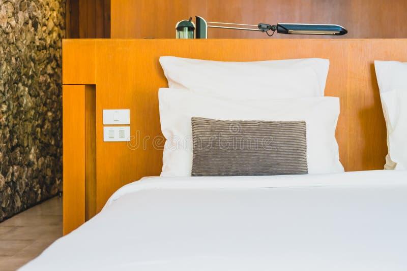 Confortable biała poduszka na łóżku obrazy stock