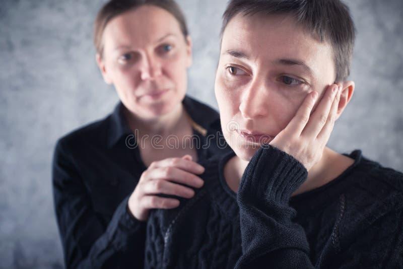 Confortar al amigo. Mujer que consuela a su amigo triste. fotografía de archivo