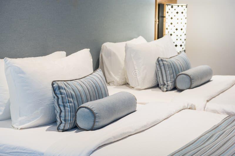 Conforto e cama elegante, cama de casal no quarto bonito com la imagem de stock royalty free