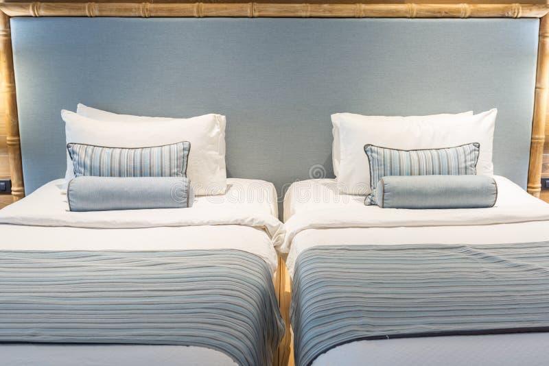 Conforto e cama elegante, cama de casal no quarto bonito com la fotos de stock royalty free
