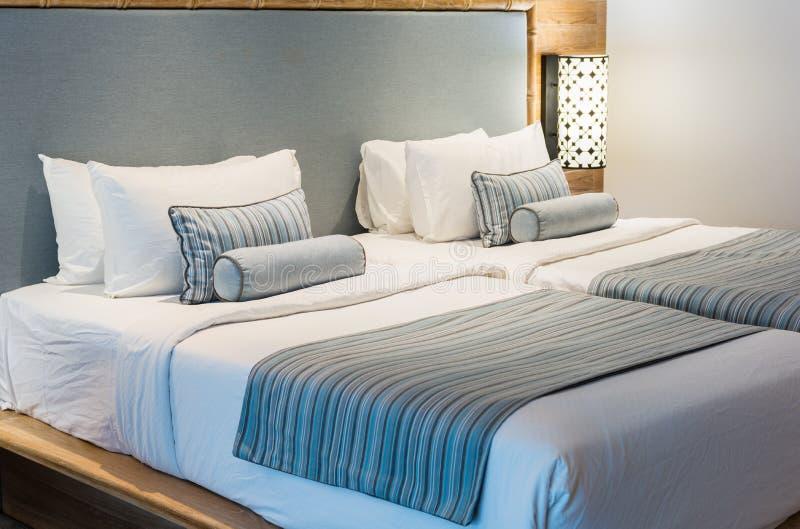 Conforto e cama elegante, cama de casal no quarto bonito com la foto de stock royalty free