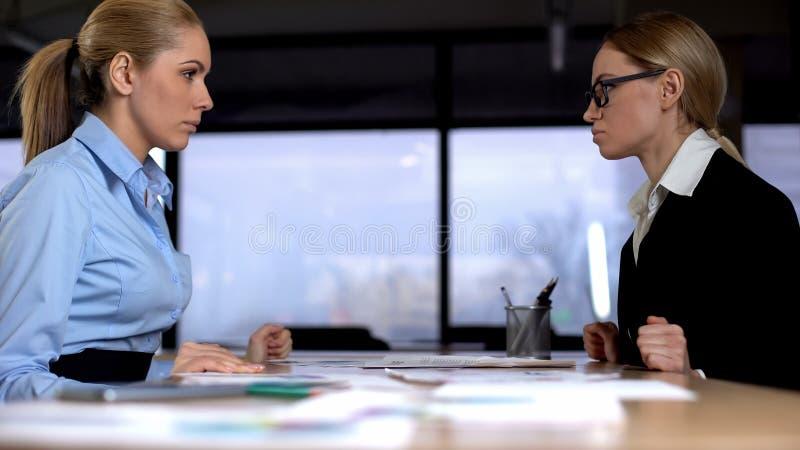 Confrontación en el trabajo, encargados de sexo femenino que compiten para la promoción, competencia imagenes de archivo
