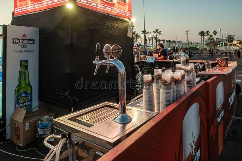 Confronte com os emblemas da companhia israelita de cerveja Goldstar no Festival da Cerveja, no emblema da cidade de Nahariyya em  imagem de stock