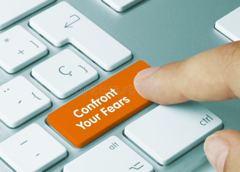 Confronte seus temores - Inscrição na tecla do teclado laranja fotografia de stock