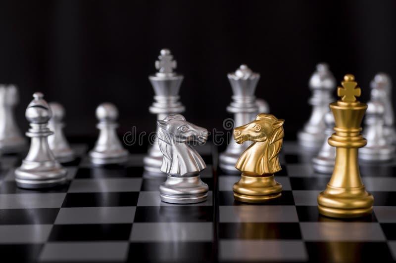 Confronto di scacchi, concetto di combattimento di affari fotografia stock