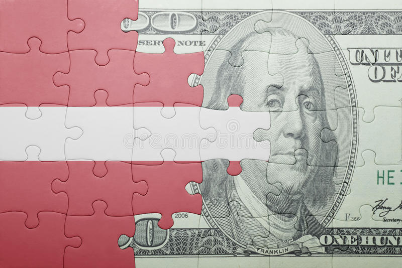 Confunda com a bandeira nacional da cédula de latvia e de dólar foto de stock royalty free