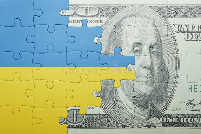 Confunda com a bandeira nacional da cédula de Ucrânia e de dólar foto de stock