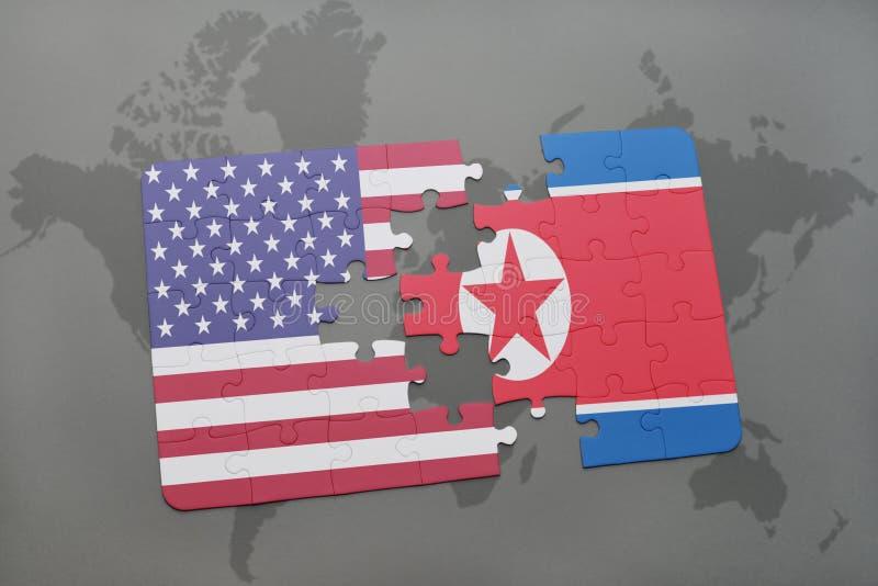confunda com a bandeira nacional de Estados Unidos da América e de Coreia do Norte em um fundo do mapa do mundo fotografia de stock