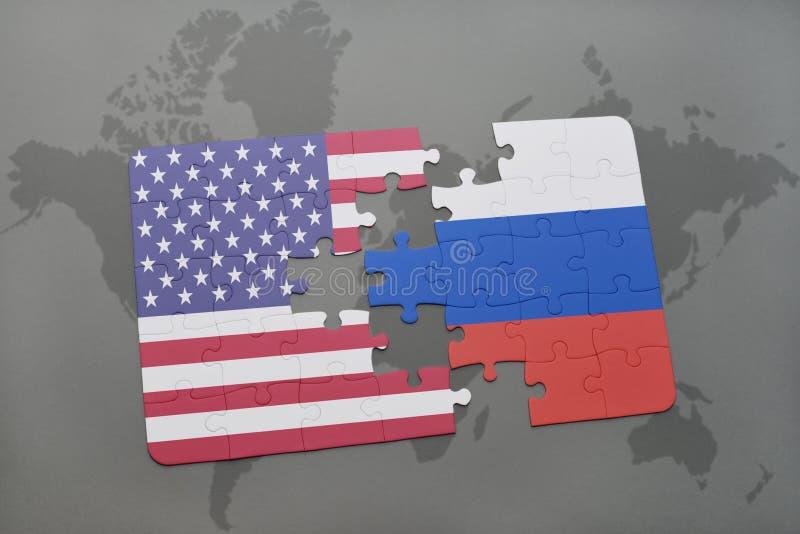 Confunda com a bandeira nacional de Estados Unidos da América e de Rússia em um fundo do mapa do mundo imagens de stock
