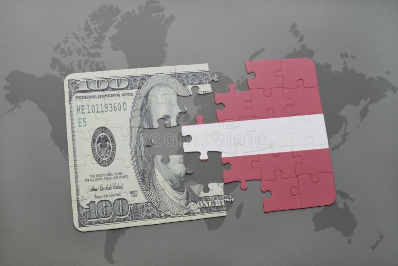 confunda com a bandeira nacional de latvia e de cédula do dólar em um fundo do mapa do mundo fotografia de stock