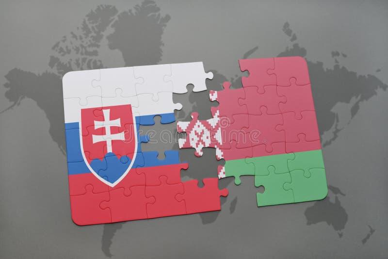 Confunda com a bandeira nacional de slovakia e de belarus em um fundo do mapa do mundo ilustração stock