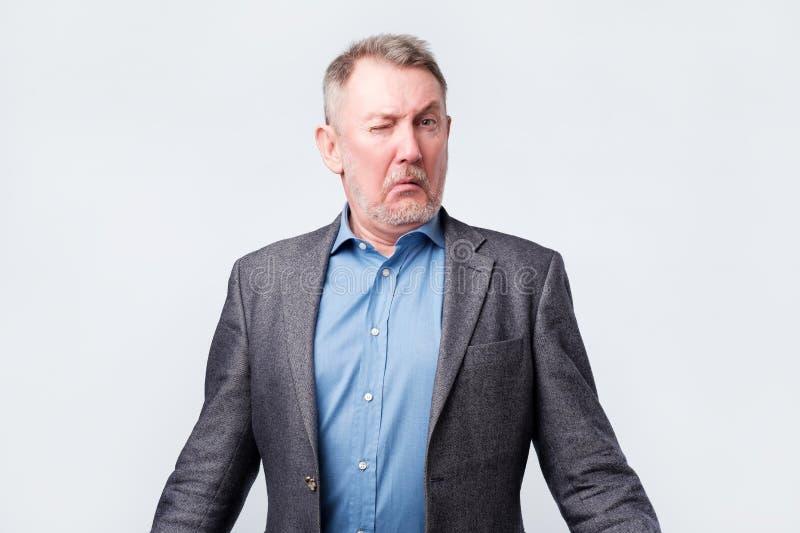 Confunden al hombre mayor dudoso en chaqueta fotografía de archivo libre de regalías