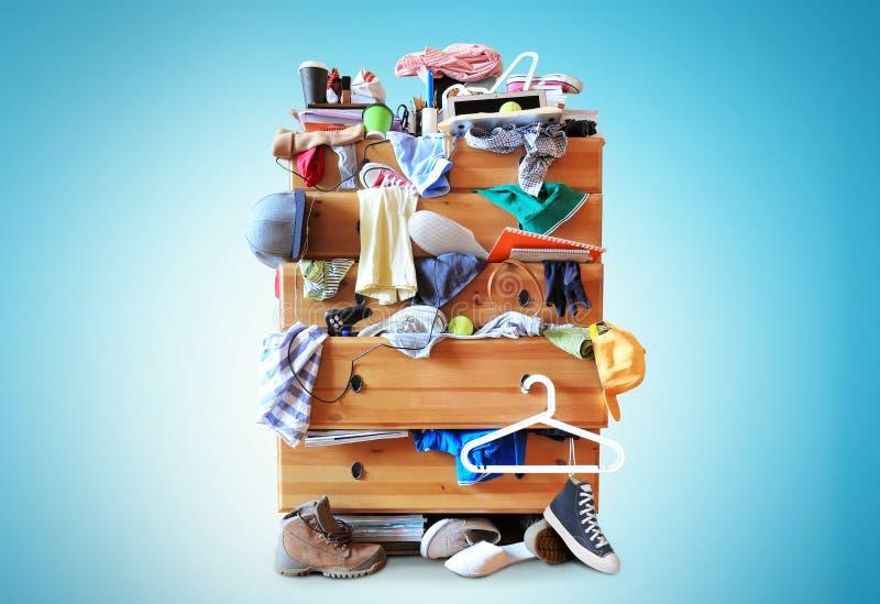 Confusão, armário com clother dispersado imagem de stock royalty free